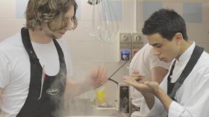 Chris Wolff, assistente di Leandro Carreira, e Simone De Gaetano, giovane aggiunta al team di cucina