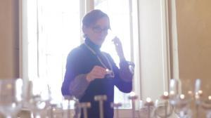 Marina Bersani mentre allestisce la sala